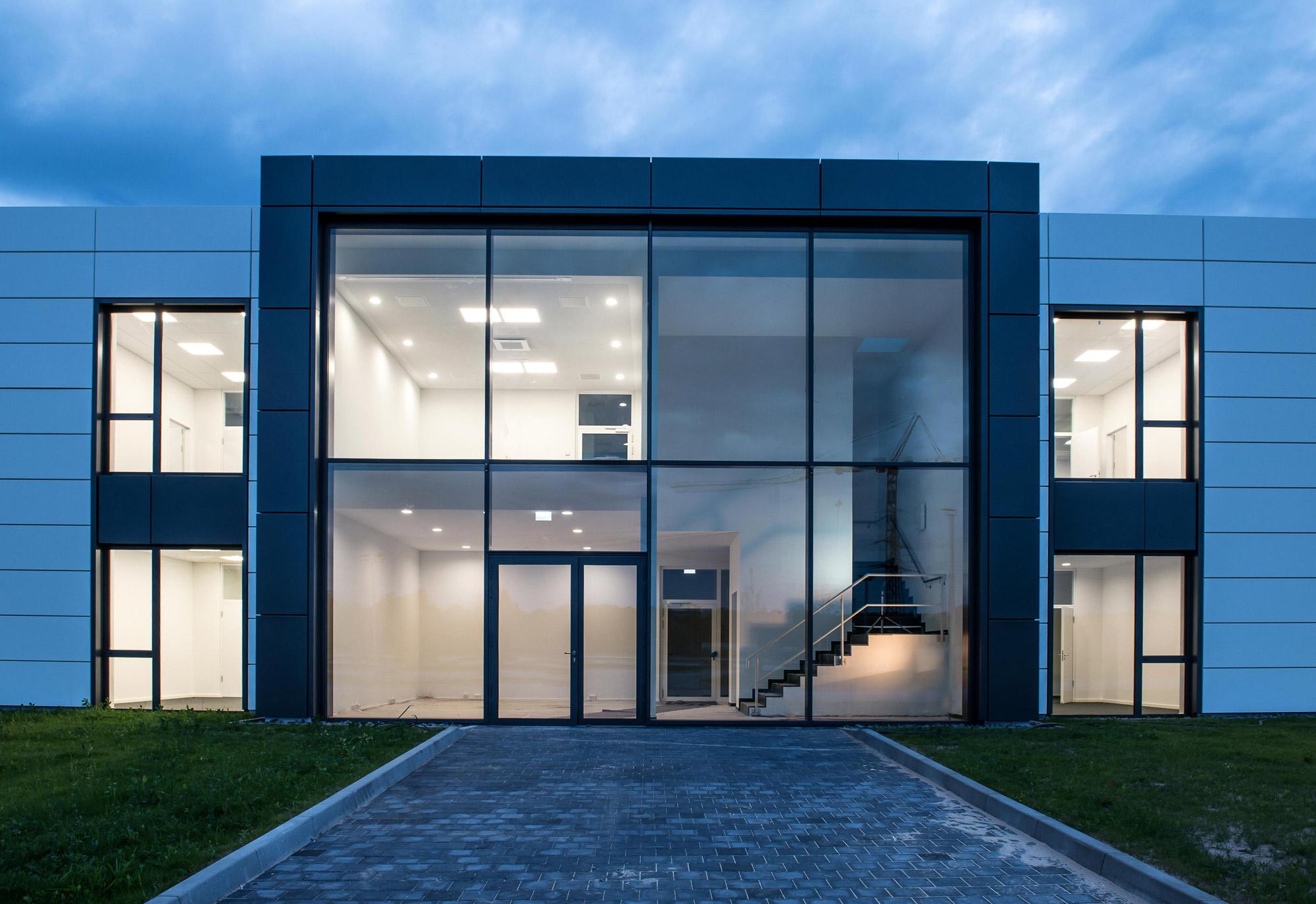Verwaltungsgebäude und Produktionshalle Eingangsbereich DVS