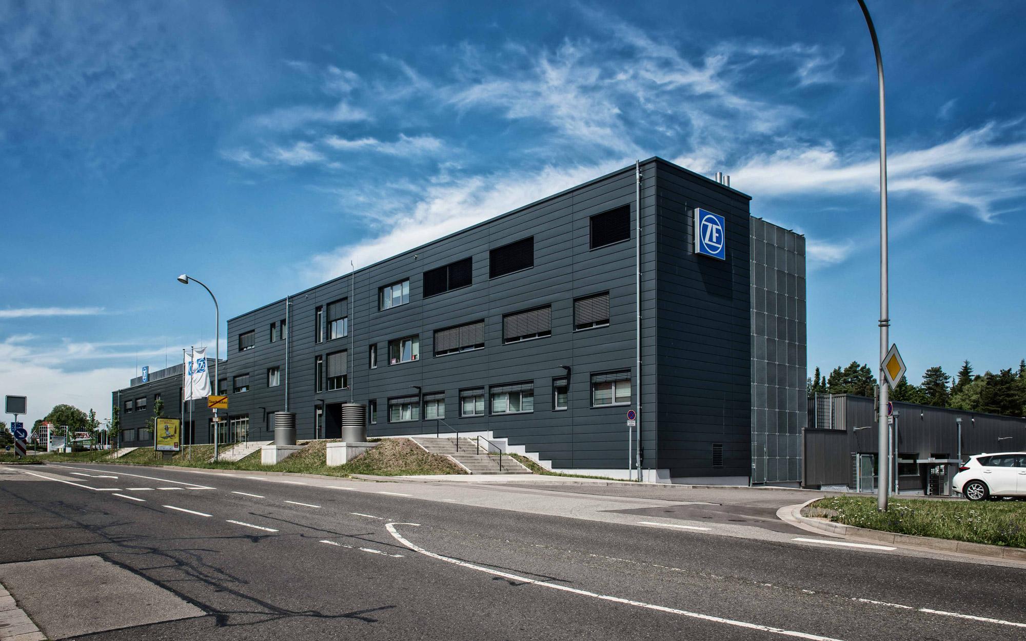 Verwaltungsgebäude und Produktionshalle ZF
